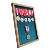 Ramka dębowa ekspozytor na 1-8 medali z 6 medalami atłas zielony